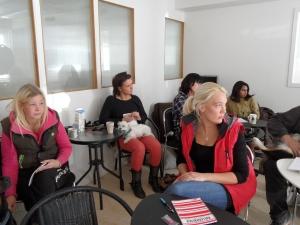 Gruppbild på några av de som går utbildning till Besöks- och terapihundsekipage!
